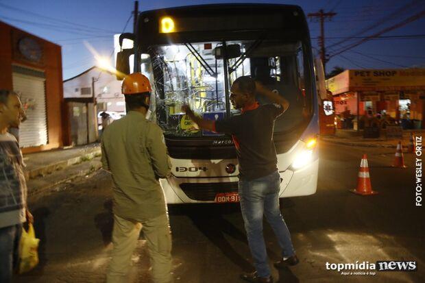 Homem se joga contra ônibus, pega faca e ameaça familiares na Piratininga