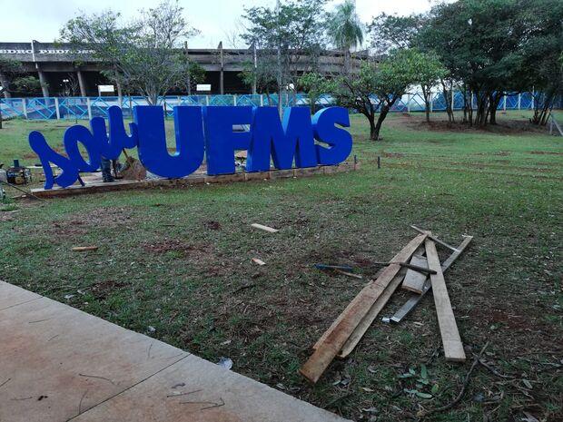 Na Lata: UFMS gasta com belezuras e corta adicional de servidores