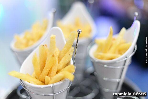 Empresa paga R$23,5 mil para pessoas comerem batata e macarrão por um mês