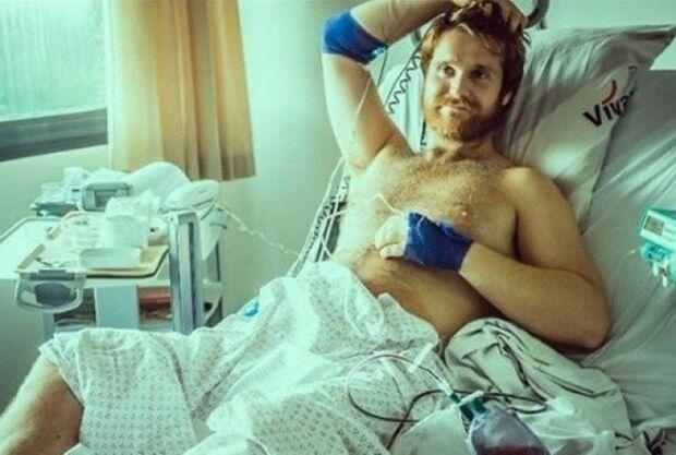 Cantor está hospitalizado há dez dias com ereção permanente e desabafa: 'só choro'