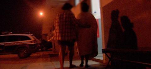 Mulher sai de culto para atender celular, é raptada e estuprada duas vezes