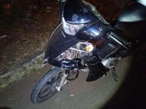 Motorista bate em motocicleta e foge sem prestar socorro