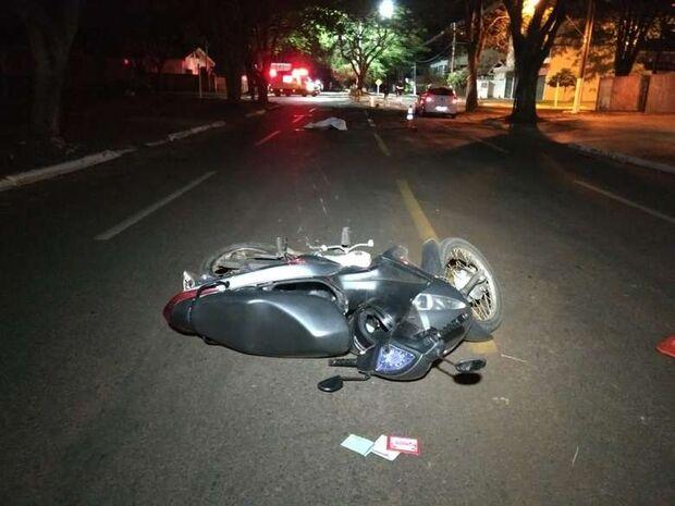 Motociclista perde o controle da direção, bate em árvore e morre