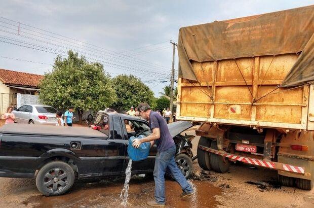 Jovem perde controle de direção e colide veículo em carreta estacionada