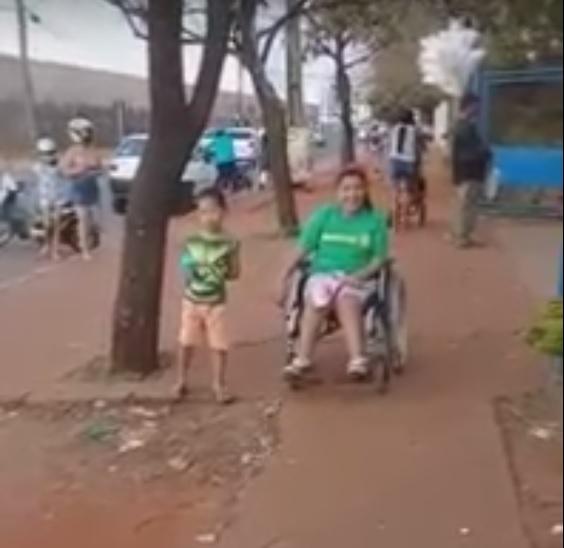 VÍDEO: Giovanna quer ir à escola com a cadeira motorizada, mas calçada 'picotada' não deixa