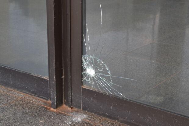 Homem quebra vidro da porta da Câmara e é preso em MS