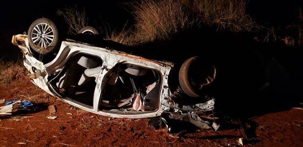 Motorista atropela capivara, carro capota e duas pessoas morrem na BR-060