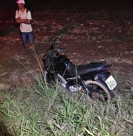 Motociclista bate em vaca e fica ferido em rodovia no MS