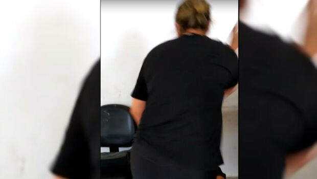Mãe agride jovem após ele esfaquear motorista de aplicativo e ser preso