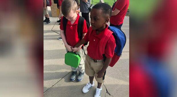 Menino de oito anos consola colega com autismo na escola e emociona a internet
