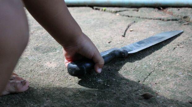 Menino de 4 anos leva faca para a escola e professora aciona a polícia