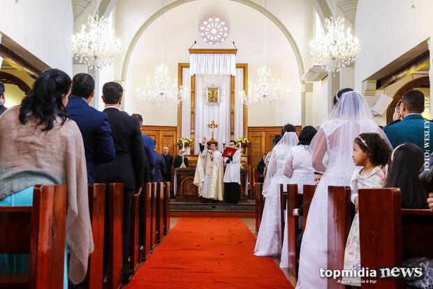 Em nome do amor e fé, 34 casais participam de casamento comunitário na Capital