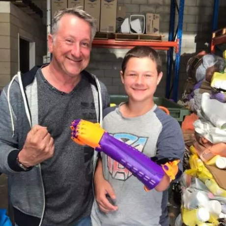 Plástico reciclado de embalagens de shampoo vira prótese para crianças