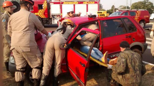 Batida 'afunda' Fiat Uno e deixa motorista presa às ferragens na Via Morena