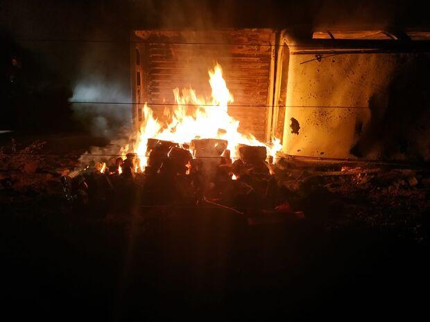 Veículo carregado com droga capota, pega fogo e dois são presos no MS