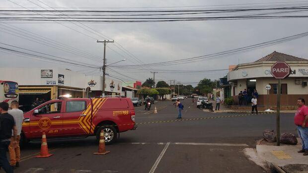 Motociclista bate em carro, cai embaixo de ônibus e morre no bairro Amambaí