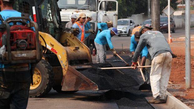 Prefeitura inicia reparos em pista com obras de revitalização no Anhandui