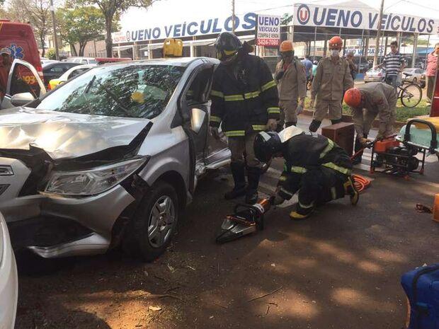 Mulher fica presa às ferragens em batida entre três carros