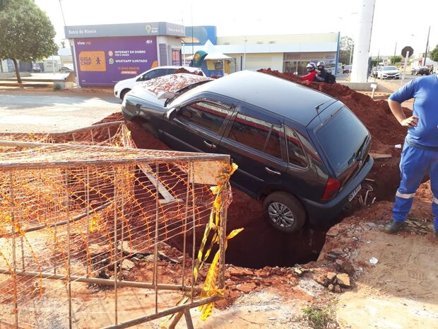 Motorista tenta ultrapassagem, cai em buraco de obra e estima prejuízo de R$ 2 mil