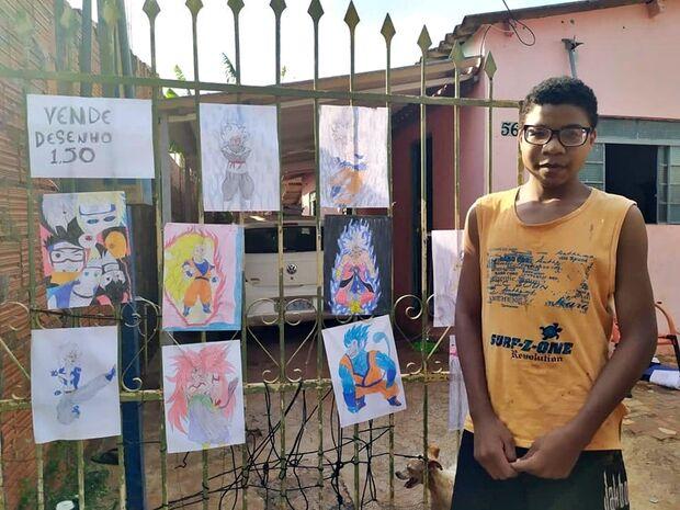 Portão de casa vira galeria onde Kaique expõe desenhos e vende a R$ 1,50 no Zé Pereira