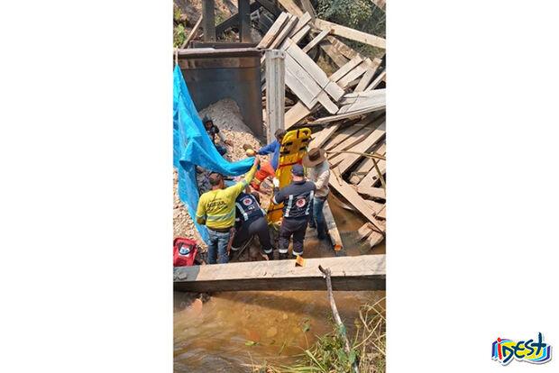 Ponte desaba durante travessia de caminhão e motorista fica ferido