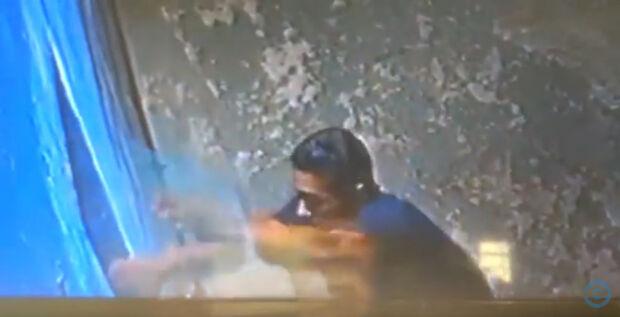 Sem se preocupar com câmeras de monitoramento, homem arromba janela e faz um limpa em conveniência