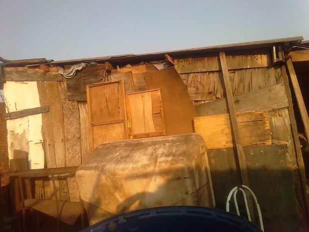 Passando necessidades, mãe pede emprego e doações para consertar barraco esburacado