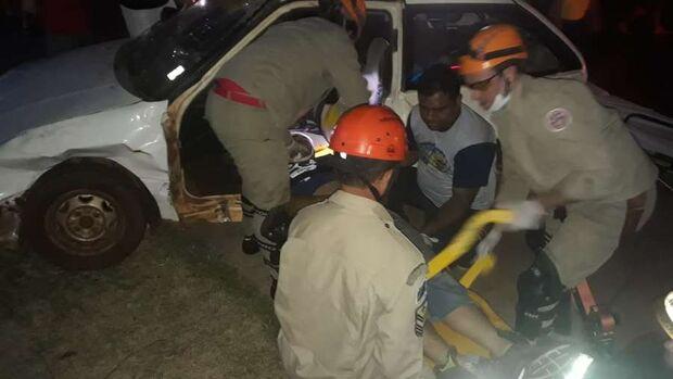 Motorista 'faz strike' em motos e deixa jovem gravemente ferida na cabeça