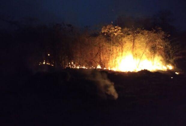 Incêndio florestal mobiliza até Exército e chega perto da zona urbana de Bonito