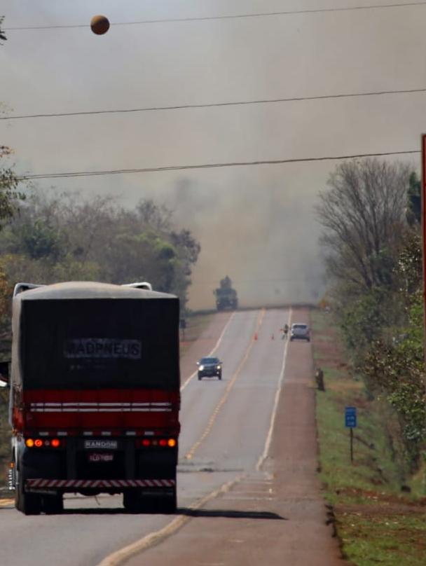 Incêndio em vegetação bloqueia BR-163 e destrói ao menos 70 hectares
