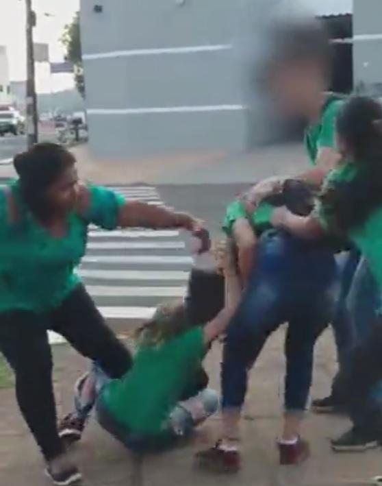 VÍDEO: alunas saem no tapa em calçada de delegacia na Mascarenhas de Moraes