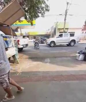 VÍDEO: sem noção ou necessidade? Cadeirante para no meio da pista para pedir dinheiro na Calógeras