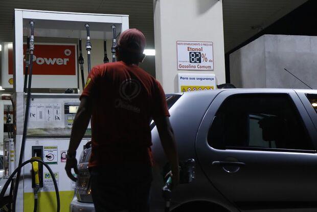 Dois são flagrados furtando gasolina do posto onde trabalhavam em Campo Grande