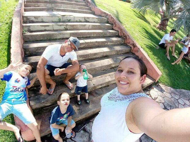 Mãe de três filhos engravida de gêmeos usando DIU: 'vou montar um time'