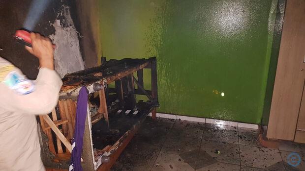 Como assim? Revoltado com os pais, adolescente bota fogo na casa do próprio tio