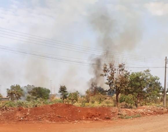 Incêndio em vegetação se aproxima de casas e assusta moradores no Jardim Inápolis