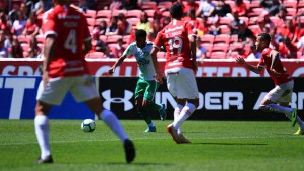 Inter tem dois gols anulados, mas passa pela Chapecoense