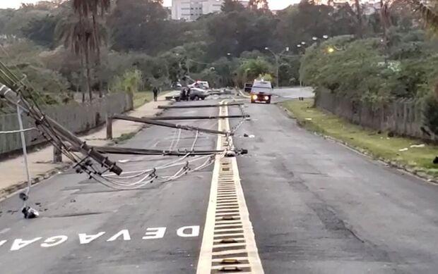 Motorista desvia de cachorro e derruba 11 postes em efeito dominó