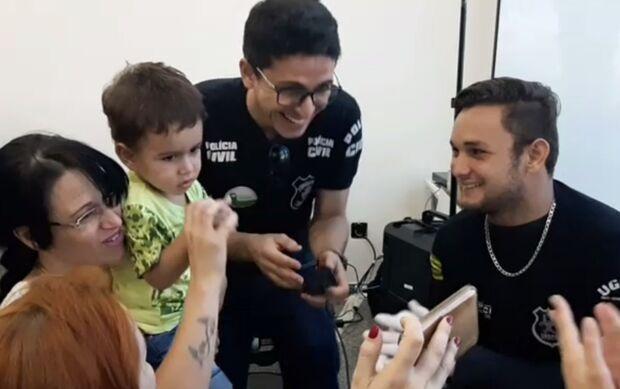 Policiais dançam e cantam 'Baby Shark' para colher digitais de criança autista