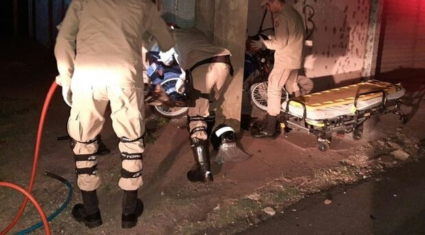 Motociclista fica prensado em pilastra e é socorrido em estado gravíssimo