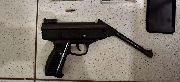 Jovem é preso pela PM ao levar pistola para escola estadual