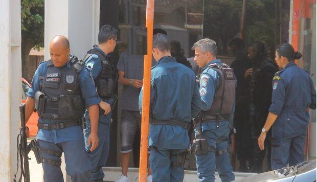 Trote faz PM cercar banco para salvar mulher de sequestro-relâmpago