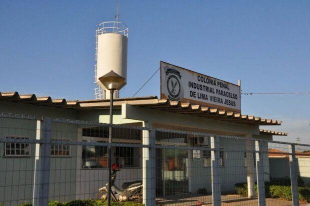 Detento chuta agente penitenciário e ainda ameaça de morte: 'vou te matar, folgado'