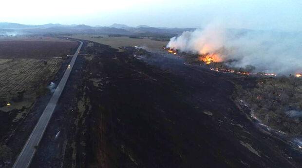 Sem chuva, queimadas se intensificam e Ibama estima 1 milhão de hectares já viraram cinzas