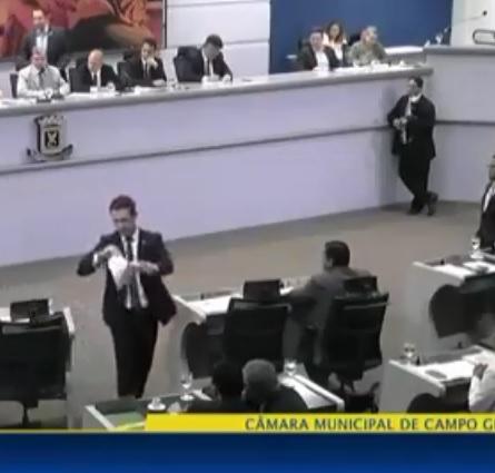 VÍDEO: Salineiro se exalta e rasga projeto reprovado na cara de vereadores