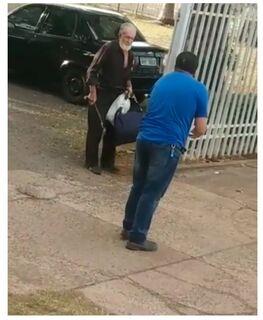 VÍDEO: idoso quebra bengala em motorista de ônibus em briga no 071