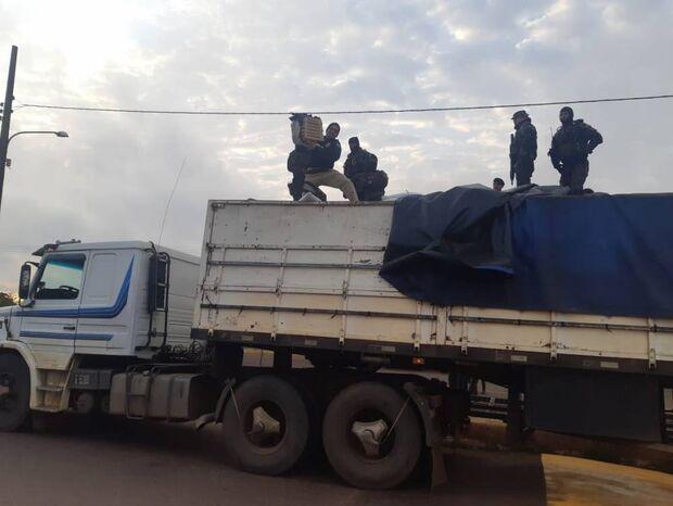 PRF aborta carregamento de 6 toneladas de maconha disfarçada em carga de grãos