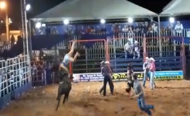 VÍDEO: mulher é atingida por touro em rodeio e brincadeira quase acaba em tragédia
