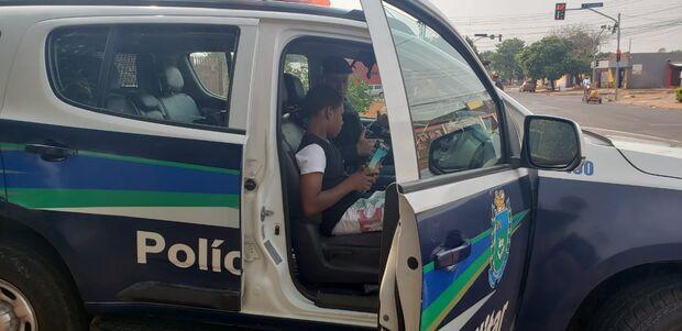 Policiais realizam sonho de menino campo-grandense andar de viatura