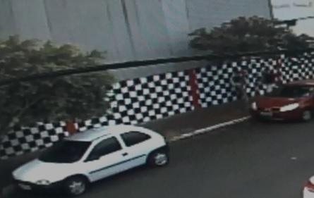 VÍDEO: trio tenta furtar veículo em plena luz do dia na região central de Campo Grande